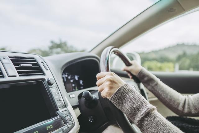 運転席とハンドルを握る両手