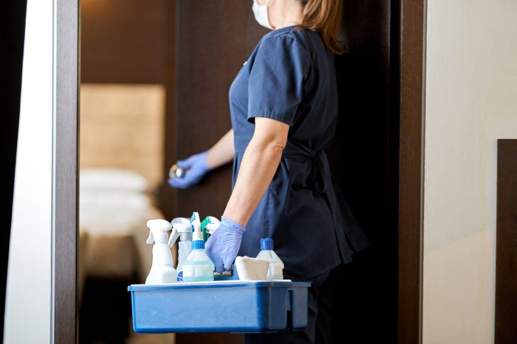 ホテルの清掃をする女性